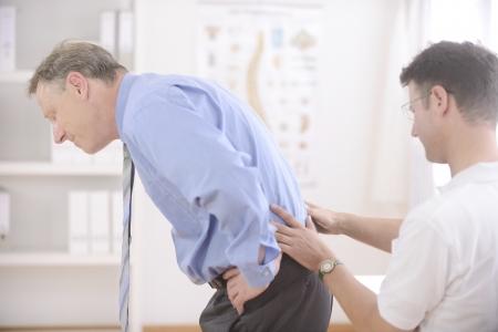 física: Quiropr�ctica: Quiropr�ctico examinar hombre mayor en la oficina