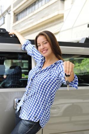 bulletproof: nuevo coche: Mujer que muestra claves de su nuevo coche a prueba de balas