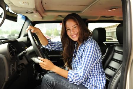 bulletproof: coche nuevo: Mujer que conduce su cami�n blindado nuevo