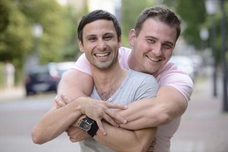 hombres gays: Retrato de una pareja feliz al aire libre Foto de archivo