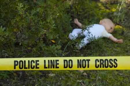 escena del crimen: La escena del crimen en el bosque: la l�nea amarilla de la polic�a no cruza la cinta y la mu�eca