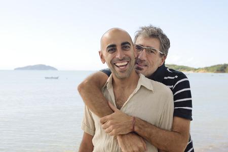 coppia amore: Medio et� matura coppia gay in vacanza
