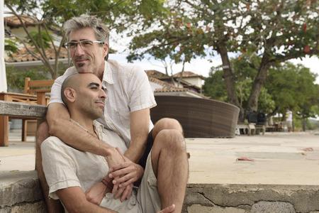amor gay: Retrato de una pareja abraz�ndose gay