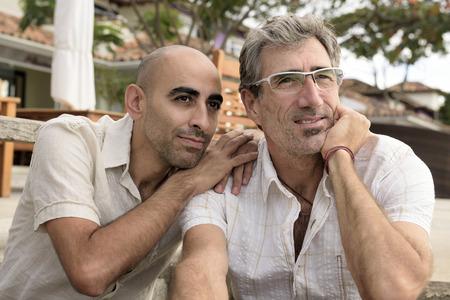 hombres gays: Retrato de una pareja feliz gay Foto de archivo