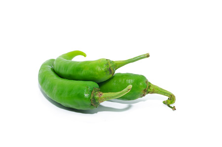 chiles picantes: Chiles verdes aisladas en blanco