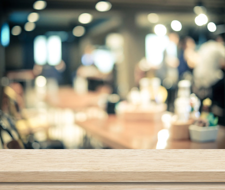 Leere Holztisch und verschwommenes Café mit Bokeh hellem Hintergrund, Produkt-Display-Montage Standard-Bild - 41066367