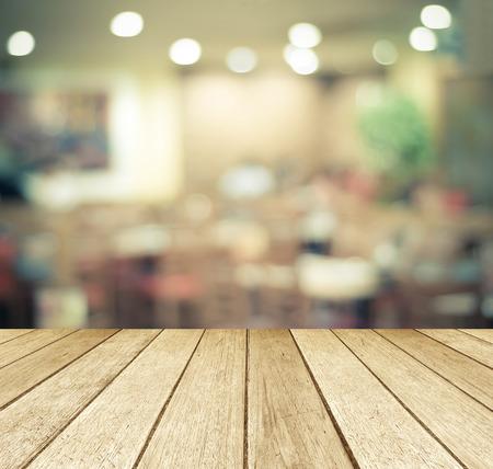 madera: Madera Perspectiva sobre el restaurante borrosa con el fondo bokeh, alimentos y bebidas, exposición de productos de montaje Foto de archivo