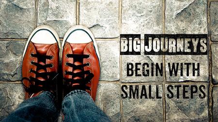 путешествие: Большие путешествия начинаются с маленьких шагов, вдохновение цитатой, обувь на улице Фото со стока