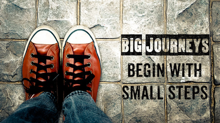 inspiración: Grandes viajes comienzan con pequeños pasos, cita la inspiración, los zapatos en la calle Foto de archivo