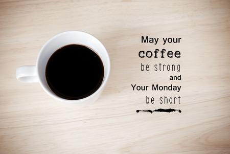 Inspirational citaat op koffiekopje achtergrond met vintage gefilterd