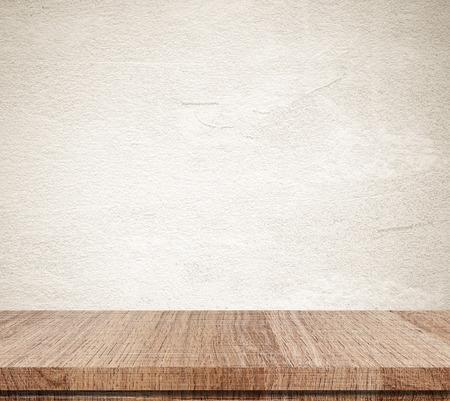 madera r�stica: Mesa de madera vac�o en la pared de cemento grunge Foto de archivo