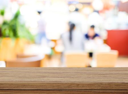 Leere Holztisch über verschwommenes Café mit Bokeh hellem Hintergrund, Produkt-Display-Montage Standard-Bild - 43685278