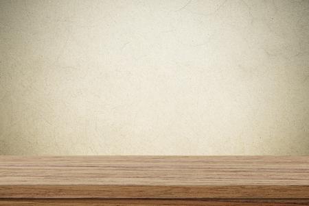 Leerer Holztisch über Zementwandhintergrund, Produktanzeigenmontage Standard-Bild - 53923048