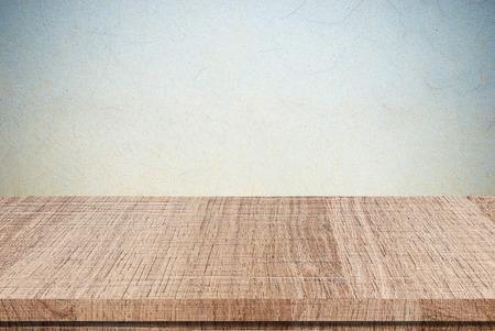madera: tabla de madera vacío en la pared de cemento grunge, Muestra de productos, plantilla