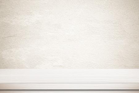 mesa de madera blanca vacía sobre la pared del grunge de cemento, vintage, fondo, plantilla, la exhibición del producto montajes