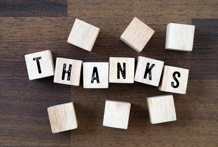 agradecimiento: Gracias palabra en el fondo cubos de madera