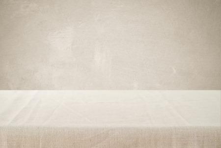 Lege lijst met linnen tafelkleed over bruine cement muur achtergrond, product-display montage