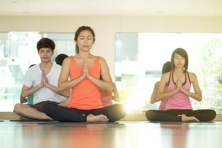 쾌활 한, 함께 나마스테 자세에서 요가 실내 클래스를 훈련하는 아시아 사람들의 그룹 긴장 하 고 감정, 건강, 웰빙, 건강 하 고 건강 한 라이프 스타일