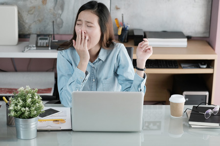 Jovem, asiático, executiva, bocejar, enquanto, trabalhando, com, computador laptop, em, escritório, mulher, em, casual, escritório, lifestyle, conceito Foto de archivo