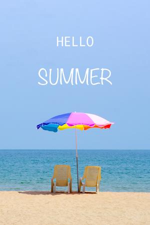 Hola verano en el fondo de la playa del mar, banner de vacaciones