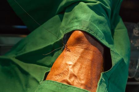 創傷を縫合しながら糸をバインドする方法 写真素材