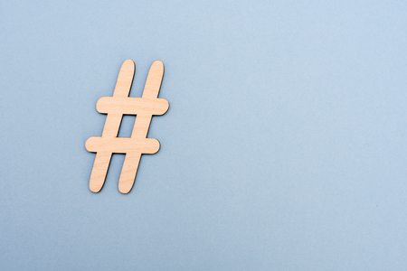 Hashtag sign made of wooden material on blue background. Top view 版權商用圖片