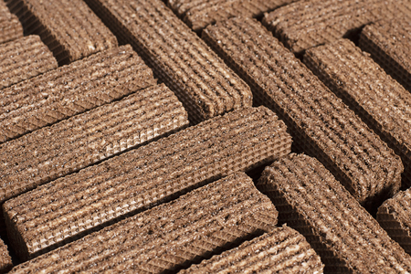 Chocolate brown wafers are stacked in a row of even one row 免版税图像