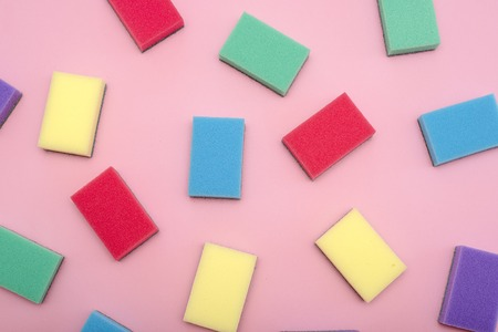 Multi-colored rectangular sponges for washing dishes on pink background Stockfoto