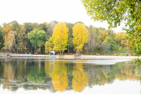 Bright autumn beautiful city park with pond Banque d'images