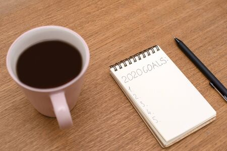 Notebook with inscription Goals and Cup of coffee on the wooden surface Banque d'images