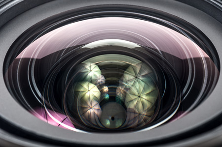 Lente de la cámara cerca aisladas