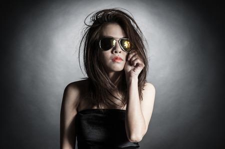 femme brune sexy: Woman sunglasses fashion portrait