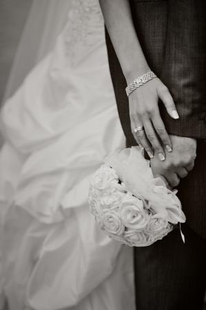花嫁と花婿を包含する、手、黒と白 写真素材