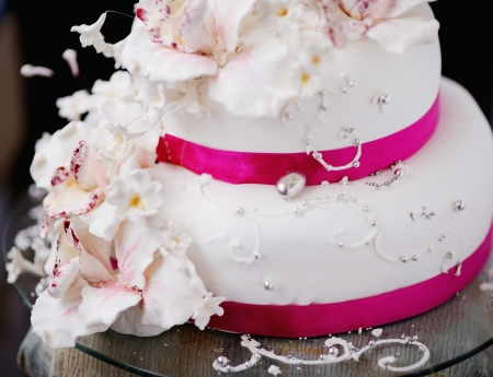pastel de bodas: pastel de bodas decorada con flores de color crema Foto de archivo
