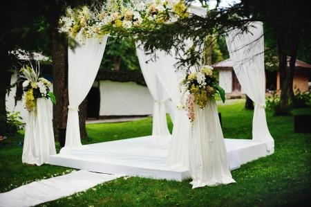 cérémonie mariage: cérémonie de mariage à l'extérieur, tout est prêt