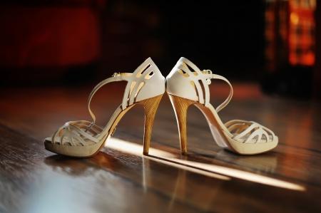 木製の床のブライダルの靴