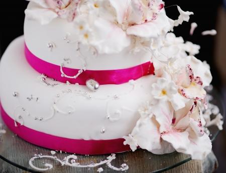 クリーム色の花で飾られたウエディング ケーキ 写真素材