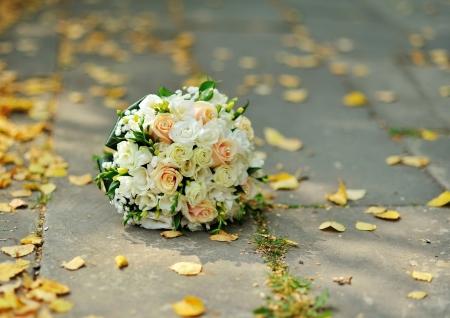 日当たりの良い秋の日の外の結婚式のブーケ