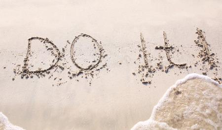 eslogan: Slogan hacerlo, escrita en la arena de la playa de Dubai.