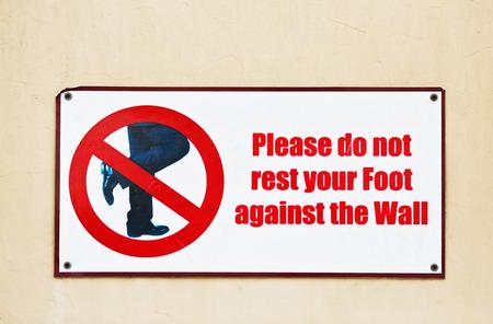 壁にしてくださいあなたの足をかけないようにしてください。 制限のある道路標識。