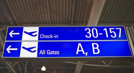 Signes de l'aéroport indiquant les directions vers les portes à l'aéroport international d'Athènes.