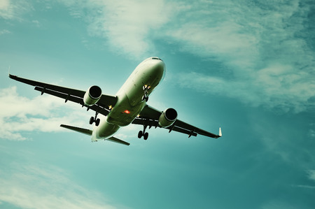 空に飛行機。自由の感じ。 報道画像