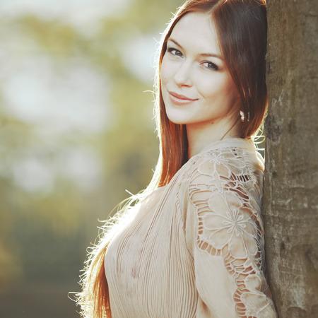 nude young: Молодая красивая дама на улице. Кавказский женщина с длинными волосами, ношение платье на солнечный летний день.