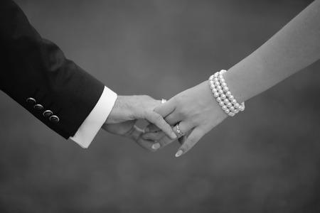 Handen van bruidspaar. Afbeelding in zwart en wit. Saamhorigheid.