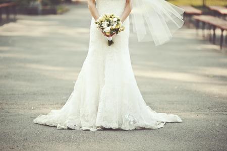 ウェディング ドレス、花嫁の花束を保持