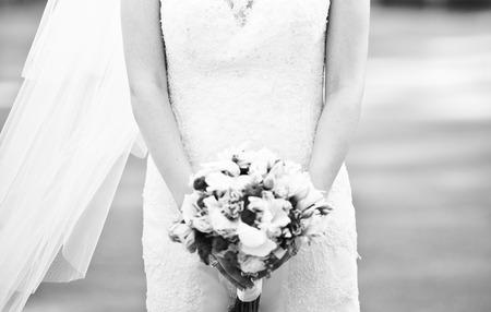 Junge Braut draußen auf Hochzeitstag