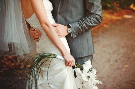 pareja de esposos: La novia y el novio se abrazan