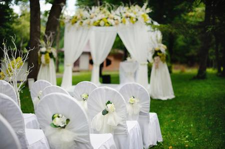 森でロマンチックな結婚式
