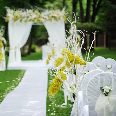 huwelijksceremonie in de zonnige tuin.
