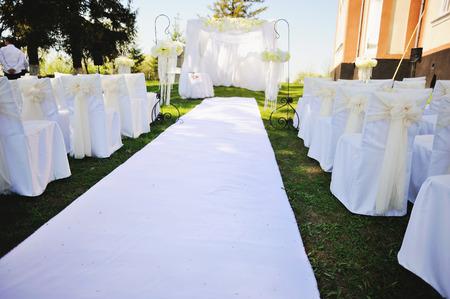 外の庭での結婚式 写真素材